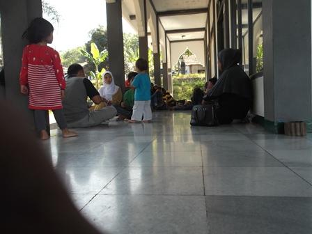 Rehat Tiduran Pada Lantai Pelaran Masjid.