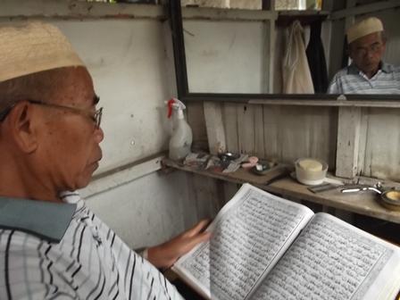 """Sambil """"Ngabuburit"""" dan Menunggu Konsumen, Memanfaatkan Waktu Dengan Membaca Al Qur'an."""