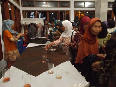 Masyarakat Garut Berbuka Puasa Bersama Menko Kesra, Agung Laksono, Sabtu (12/07-2014) Foto : John Doddy Hidayat.