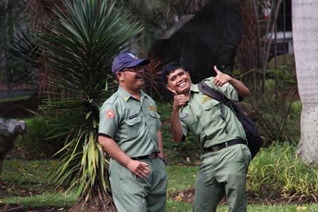 Almarhum (mengenakan topi), selama ini menyenangkan dan kerap bercanda dengan rekan-rekannya. (Foto : Dokumen John DH).