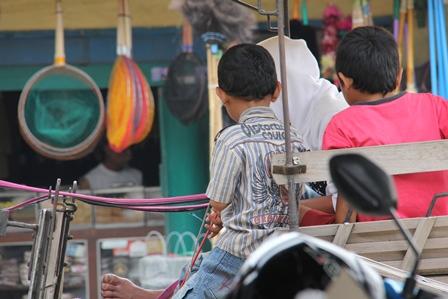 Anak Di Bawah Umur Pun, Menjadi Kusir Operasionalkan Delman. (Foto: John Doddy Hidayat).