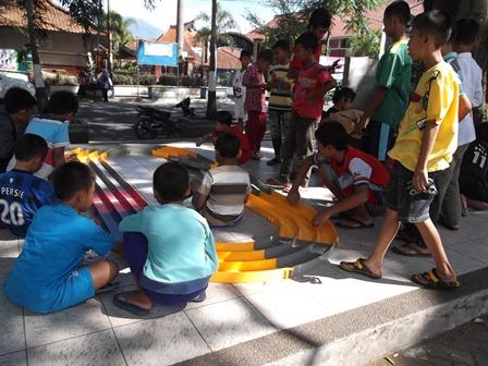 """Inilah Anak-Anak dari Perkampungan/Perumahan Penduduk, Ceria Bermain Balapan Mobil, Sambil """"Ngabuburit"""" di Alun-Alun Tarogong."""