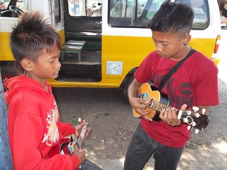 Ilustrasi. Musikus Anak Jalanan Atawa Anjal Garut, Jawa Barat. (Foto : John Doddy Hidayat).