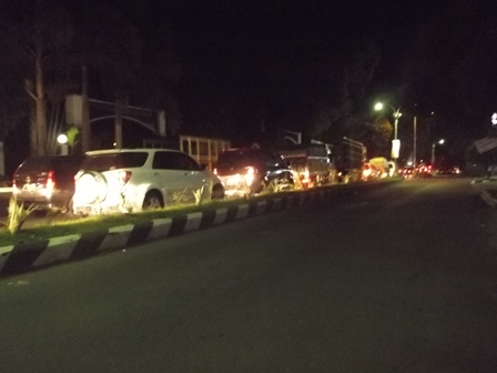 Antrian Panjang Berlangsung Sejak Depan Komplek Perkantoran Pemkab Garut Tujuan Bandung Berlangsung Rabu Tengah Malam (30/07-2014) .