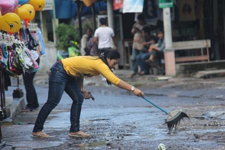 Seorang pedagang di Cipanas Garut, Lelauasa Bersihkan Lintasan Jalan di Depan Warungnya. (Foto: John DH).