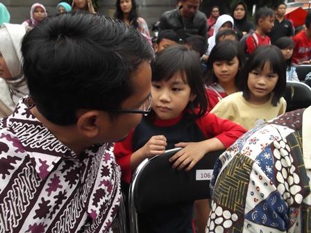 Wakil Bupati, dr H. Helmi Budiman Sempatkan Dengan Humanis Berdialog Langsung Dengan Anak-Anak pada Helatan Sa'alam Ramadhan, Ahad (13/07-2014).