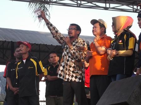 Inilah Pasangan Rudy - Helmi Ketika Mengumbar janji Manis, Pendidikan Gratis. (Foto : Dokumen John Doddy Hidayat).