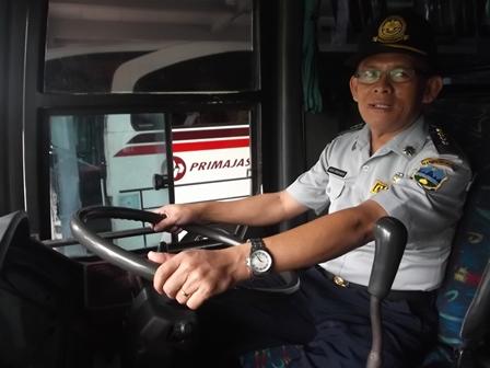 Agus Heryanto Memeriksa Kelaytakan Kondisi Kemudi Bis AKAP.