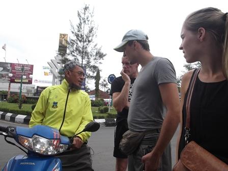 Seorang Relawan Berhasil Atasi Kesulitan Wisatawan Belanda.