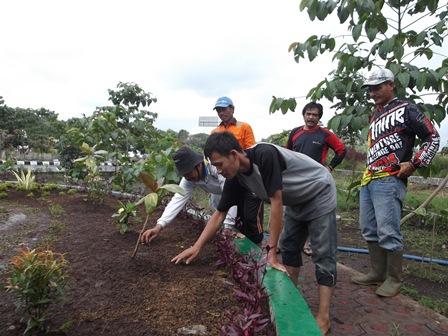 Turun Gunung Bersama Beberapa Stafnya Lakukan Penanaman Rumput, Penyiraman, Serta Penanaman Media Bunga, Sabtu (12/07-2014).