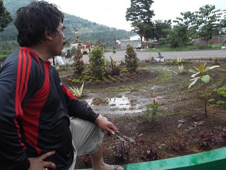 Ngabuburit Sambil Membenahi dan Menata Hutan Kota di Kubang, Sabtu (12/07-2014).