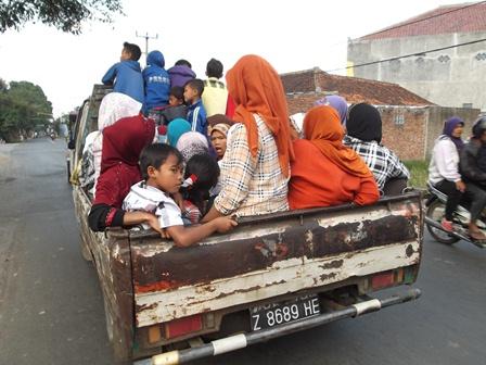 Ngabuburit Bareng Lintasi Pinggiran Kota Garut, Dengan Menaiki Mobil Bak Terbuka.