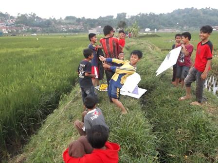Ngabuburit Sambil berburu Layangan di Tengah Sawah.