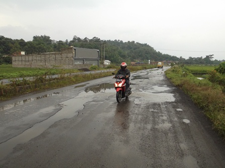Berlubang, Licin dan Sarat Genangan Air Setiap Diguyur Hujan.