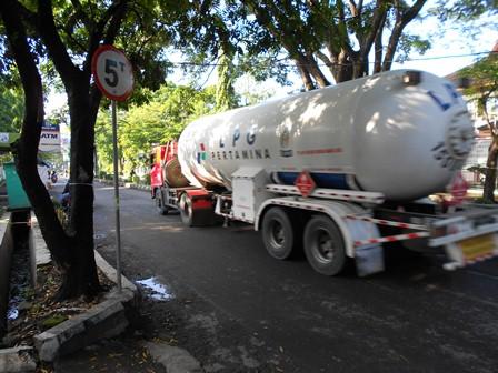 Kapasitas Jalan Pembangunan Garut, Meski Berkapasitas Lima Ton Tetapi Selama Ini Setiap Hari Kerap Mobil Tanki LPJ Berkapasitas 15 Ton. (Foto: John Doddy Hidayat).