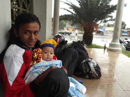 Pemudik dari Padalarang Bandung Tujuan Guntur Garut, Terpaksa Berteduh pada Sebuah Masjid Bersama Anak Balitanya.