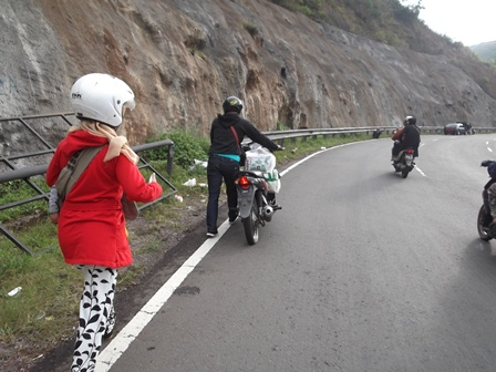 Pemudik Asal Selaawi Garut Tujuan Cileunyi Bandung, Terpaksa Mendorong Sepeda Motor Bocor, Berjalan Kaki Belasan Kilometer Pada Cuaca Mendung, mencari Tambal Ban.