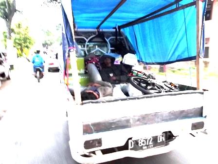 Pemudik Kelelahan dan Terlelap di Atas Mobil Bak Ditumpanginya.