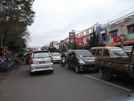 Kepungan Kemacetan di Jalan Pramuka, Garut, Rabu (02/07-2014).