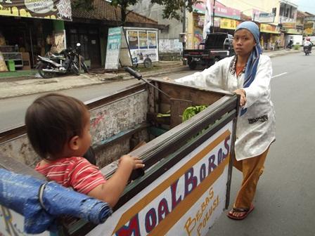 Tetap Mengais Rejeki Pungut Kemasan Bekas Plastik, Sambil Asuh Anak dan Ngabuburit, Rabu (02/07-2014).