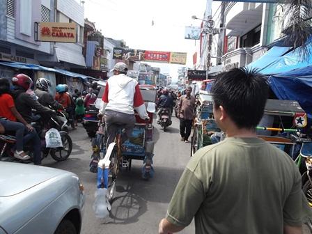 Pengkolan Garut Semakin Karut Marut Dikepung PKL. (Foto: John Doddy Hidayat).