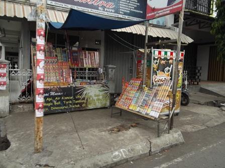 Penjual Petasan dan Mercon Juga Marak Dimana-mana. (Foto: John Doddy Hidayat).