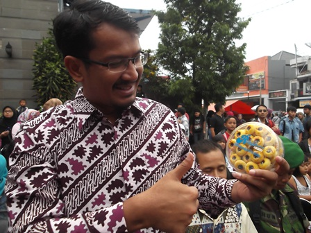 Wakil Bupati dr H. Helmi Budiman, Ahad (13/07-2014), Promosikan Produk Asli Rumahan Penduduk Garut.