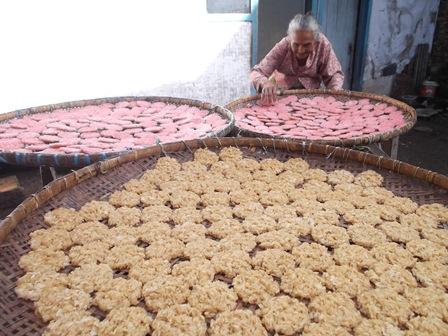 Mak Iyah(75) Memproses Produk Ranginang Sejak Puluhan Tahun Secara Manual.