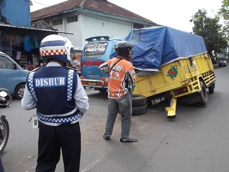 "Sebuah truk pembawa sembilan ton ""beras masyarakat miskin"" (raskin), ambruk seputar Bundaran Simpang Lima, Garut, Jabar, Jum'at (11/07-2014)."