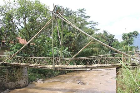 Ilustrasi. Jembatan Bambu Atawa Rawayan di Garut, Jabar. (Foto: John Doddy Hidayat).