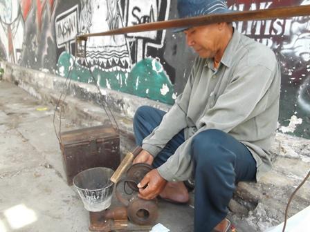 Dadang, Pria Berusia 69 Tahun Masih Setia Menekuni Profesinya.