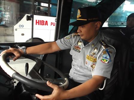 """Sofyan Hidayat Menyempatkan Memeriksa Kelaikan Kemudi Bis """"Antar Kota Antar Provinsi"""" (AKP) di Terminal Guntur, Rabu (23/07-2014)."""