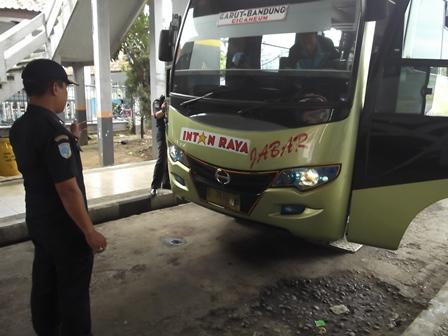 """Petugas Dishub, Rabu (23/07-2014), Juga Memeriksa Kelengkapan Bis AKAP dan Bis """"Antar Kota Dalam Provinsi"""" (AKDP)."""