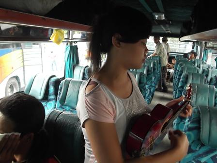 Pengamen Perempuan Ini, Menyambut Penumpang Bis AKDP dengan Melantunkan Beberapa Nomor Lagunya, Rabu (23/07-2014).
