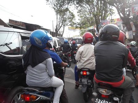 Kemacetan pada Lintasan Seputar Bundaran Suci.