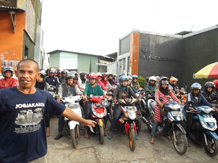 Karyawan Banyak Membawa Sepeda Motor.