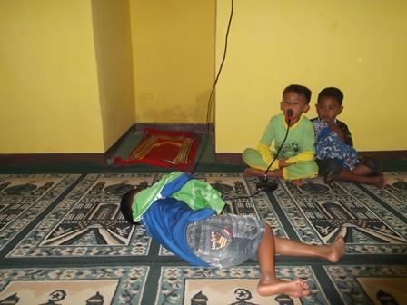 Anak-Anak Khusu Bertakbir Pada Salah Satu Mushola Sederhana di Kampung Panawuan, Garut, Jabar.