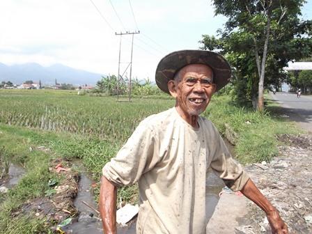 Ilustrasi. Wong Cilik, Buruh Tani Gurem di Garut, Seusai Menyemai Bibit Padi. (Foto: John Doddy Hidayat).