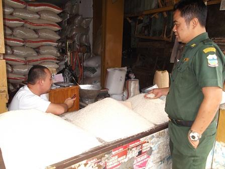 Akhmad Wahyudin, SE Kerap Turun Gunung Memonitor Kualitas dan Harga Sembako di Pasar Ciawitali Guntur.