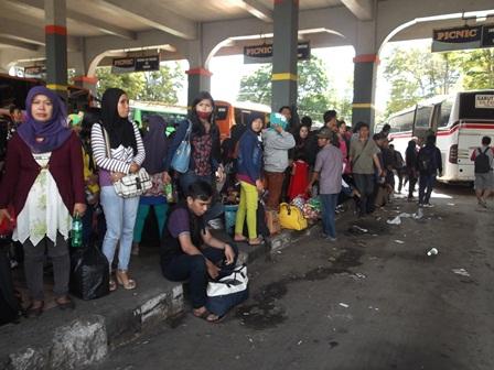 Inilah Tumpukan Calon Penumpang di Terminal Guntur, Garut, Tujuan Lebak Bulus, dan Cilitan Jakarta, Rabu (06/08-2014). Foto : John Doddy Hidayat.