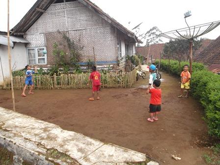 Anak-anak Bermain Sore Hari di Pelataran Samping Bedeng.