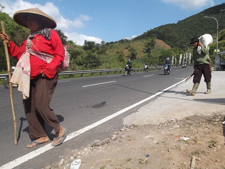 Ilustrasi. Suami-Istri Buruh Tani Pulang dari Ladang. (Foto: John Doddy Hidayat).