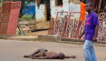 Jenazah seorang pria diduga tewas lantaran virus Ebola tergeletak di jalanan di Monrovia, Liberia, 5 Agustus, 2014. Warga tak berani menyentuhnya meski ada himbauan pemerintah agar tak meninggalkan mayat korban Ebola di jalanan. AP/Abbas Dulleh