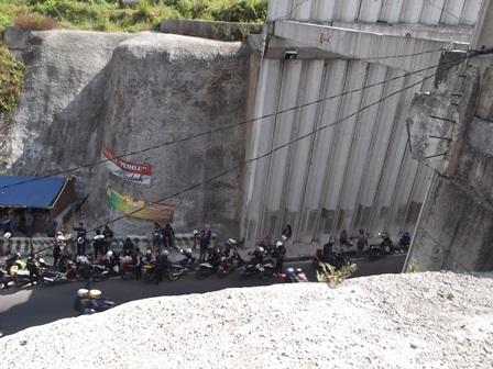 Kondisi lintasan lingkar Nagreg juga terganggu, lantaran banyak pengendara sepeda motor berhenti pada bibir, dan nyaris di sepanjang terowongan. (John).