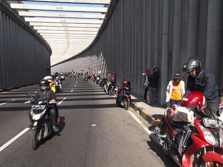 Rehat dan Berfoto Nyaris Sepanjang Lorong Jembatan. (John).