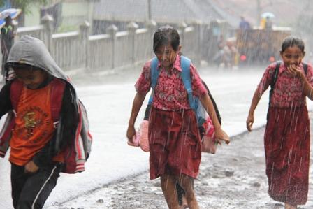 Ilkustrasi. Pulang Sekolah Diguyur Hujan. (Foto : John Doddy Hidayat).