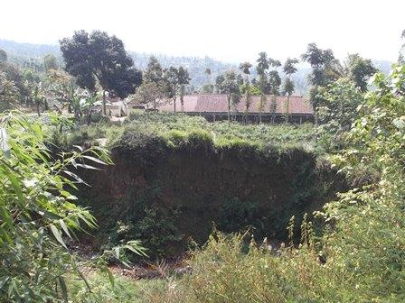 SMPN 1 Pasirwangi Semakin Dikepung Lembah Bertebing Curam.