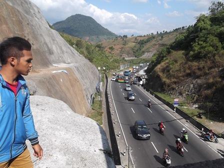 Sejak Pukul 14.00, Sabtu (02/08-2014), berlangsung peningkatan volume arus kendaraan pada lintasan Lingkar Nagreg.