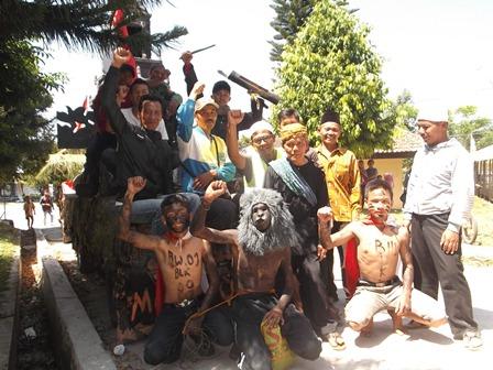 Beragam Atraksi Penduduk Samarang, Warnai Karnaval 17 Agustus 2014.