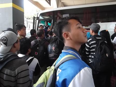 Calon penumpang tujuan Lebak Bulus hingga Selasa (05/08-2014) masih diberlakukan karcis antrian, lantaran terus membludak. - John.